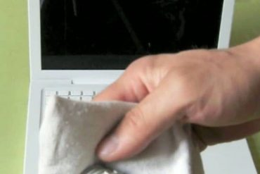 limpia la pantalla de tu laptop