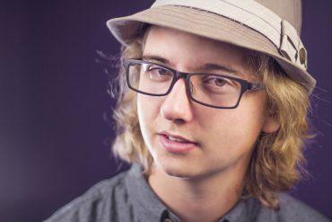 garçon avace des lunettes anti lumières bleues
