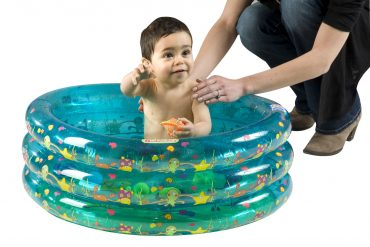 Un bébé en train de prendre un bain dans une baignoire gonflable