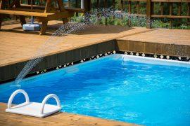 Une piscine dans la cour