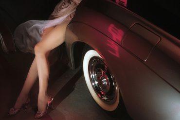 jambes féminines en voiture